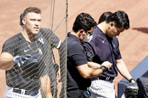 スタッフに支えられながらグラウンドを去るヤンキース・田中将大(右)と付き添うアーロン・ジャッジ【写真:Getty Images】
