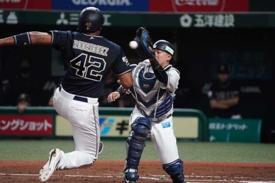 本塁に突入するオリックスのロドリゲス(手前)と西武・森友哉【写真:荒川祐史】