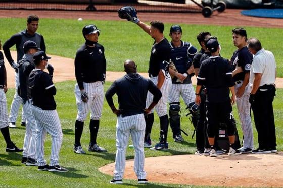 頭部に打球を受けたヤンキース・田中将大を心配しマウンドに集まる選手や球団スタッフたち【写真:AP】