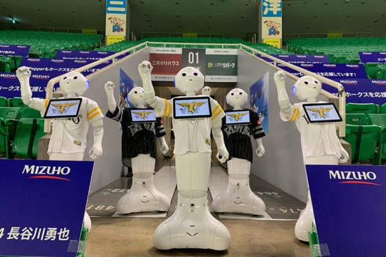 開幕カード3連戦で話題をよんだ人型ロボット「Pepper」応援団【写真提供:福岡ソフトバンクホークス】