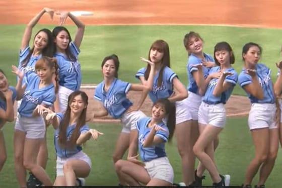 試合前にダンスを披露したチアチーム「Fubon Angels」(画像はスクリーンショット)