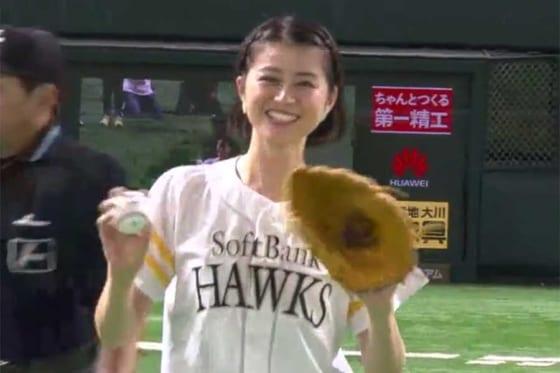 始球式に登場したタレントの鈴木ちなみさん【画像:パーソル パリーグTV】