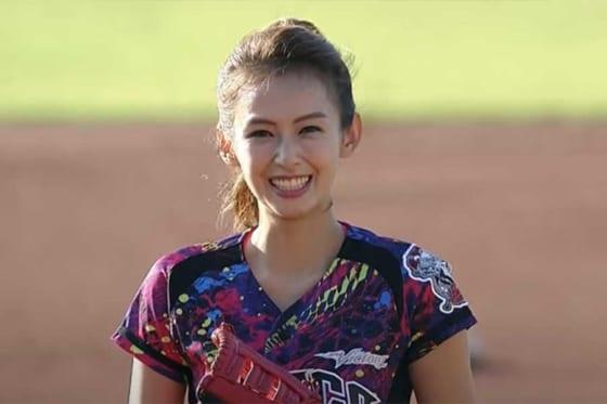 始球式に登場した台湾の女優、ユアン・アイフェイさん(画像はスクリーンショット)