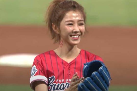 始球式に登場した台湾の人気女優シャオ・ユーウェイさん(画像はスクリーンショット)