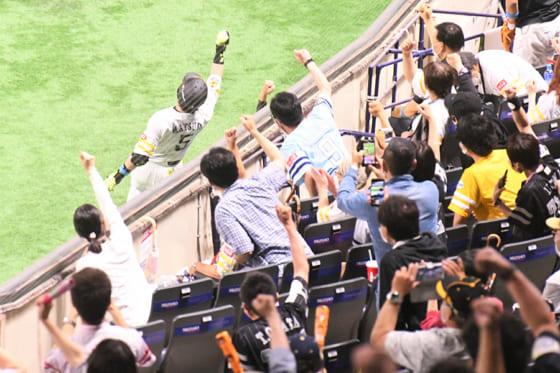 ファンの前で「熱男」パフォーマンスを披露するソフトバンク・松田宣浩【写真:藤浦一都】