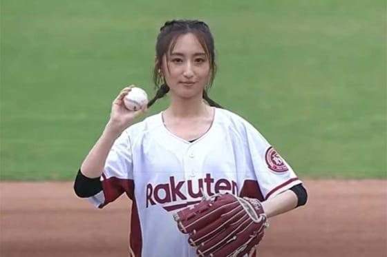 始球式に登場した台湾の女優、アリス・クーさん(画像はスクリーンショット)