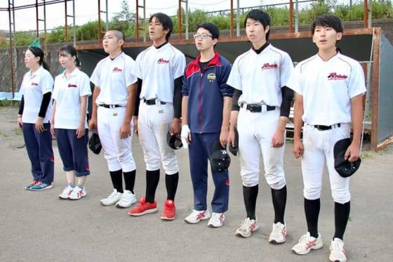 練習後に校歌を歌う函館稜北の野球部員たち【写真:石川加奈子】