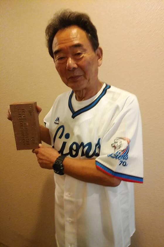 自身の名前を刻印したレンガを持つ元西武監督の東尾修氏【写真提供:埼玉西武ライオンズ】