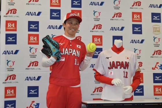 赤を基調としたユニホームを披露するソフトボール日本代表・山田恵里【写真提供:日本ソフトボール協会】