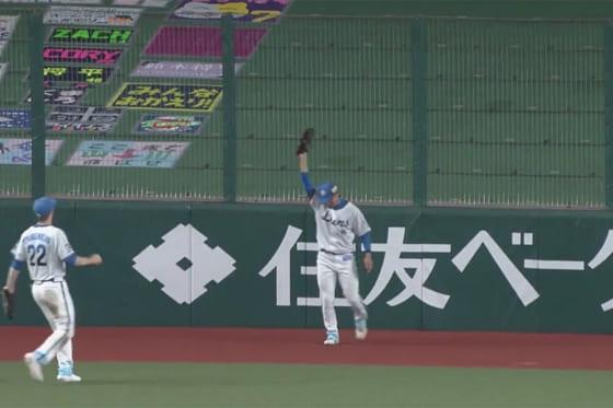 フェンスに激突しながら好捕した西武・鈴木将平【画像:パーソル パ・リーグTV】