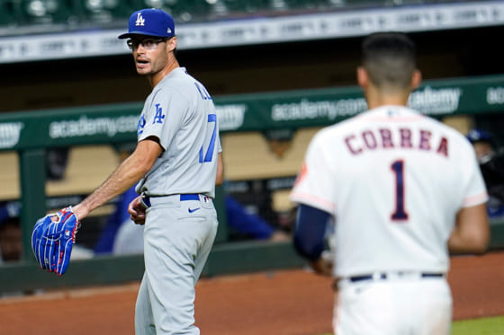 アストロズのカルロス・コレア(右)を挑発するドジャースのジョー・ケリー【写真:AP】