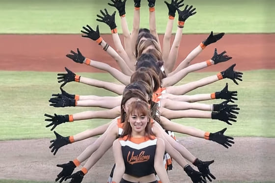 始球式に登場した「Uni-Girls」(画像はスクリーンショット)