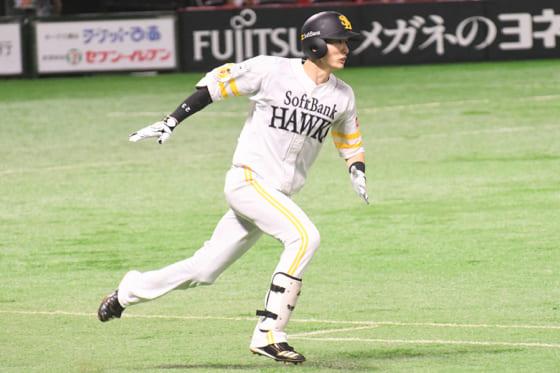 初回に三塁打を放ったソフトバンク・周東佑京【写真:藤浦一都】