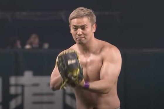 始球式に登場した新日本プロレスのオカダ・カズチカさん【画像:パーソル パ・リーグTV】