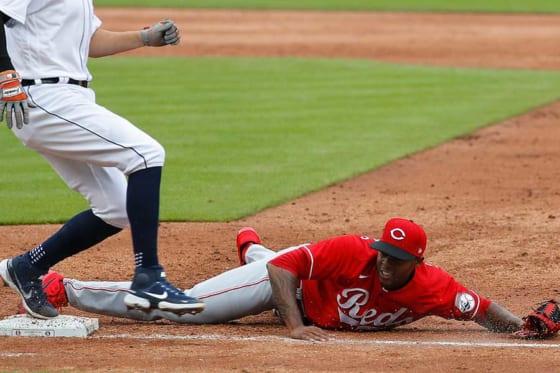 一塁カバーに入ったレッズのライセル・イグレシアス【写真:AP】