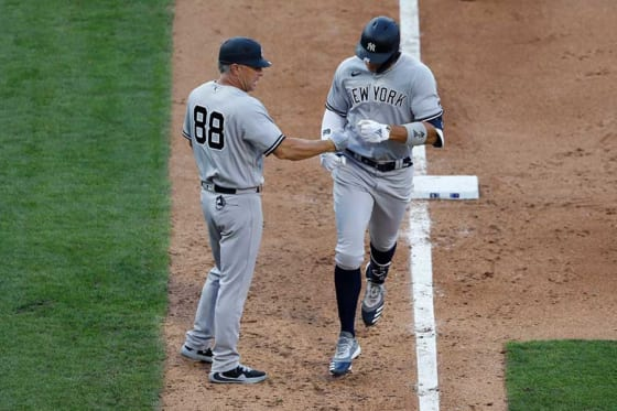 ヤンキースのフィル・ネビン三塁コーチ(左)【写真:AP】