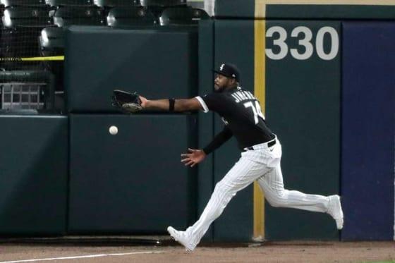 イエリッチの打球を追いかけるWソックスのイーロイ・ヒメネス【写真:AP】