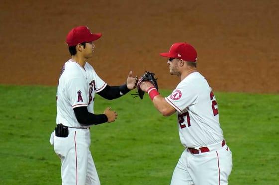 勝利を喜ぶエンゼルス・大谷翔平(左)とマイク・トラウト【写真:AP】