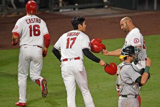 「5番・DH」で先発し2安打1盗塁と活躍したエンゼルス・大谷翔平(中央)【写真:AP】