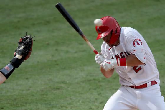 頭部付近への投球を避けるエンゼルスのマイク・トラウト【写真:Getty Images】
