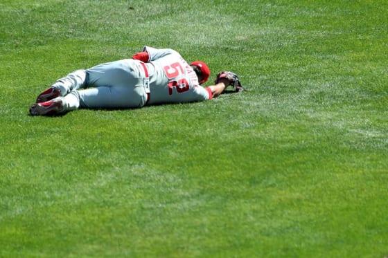 耐え難い痛みにグラウンドに倒れこむフィリーズのホセ・アルバレス【写真:Getty Images】
