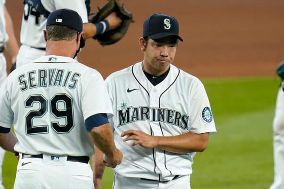 先発したマリナーズ・菊池雄星(右)とサービス監督【写真:AP】