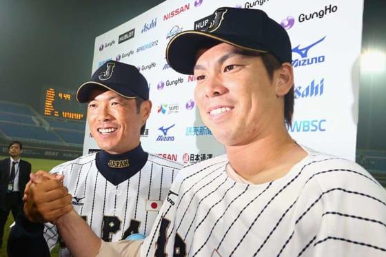 第1回プレミア12で侍ジャパンの一員として活躍した前田健太(右)【写真:Getty Images】