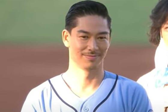 始球式に登場したEXILEのAKIRAさん(画像はスクリーンショット)