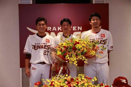今季限りでの現役引退を発表した楽天・渡辺直人(中央)が記者会見に臨んだ