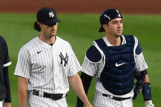 ヤンキースのゲリット・コール(左)とカイル・ヒガシオカ【写真:Getty Images】