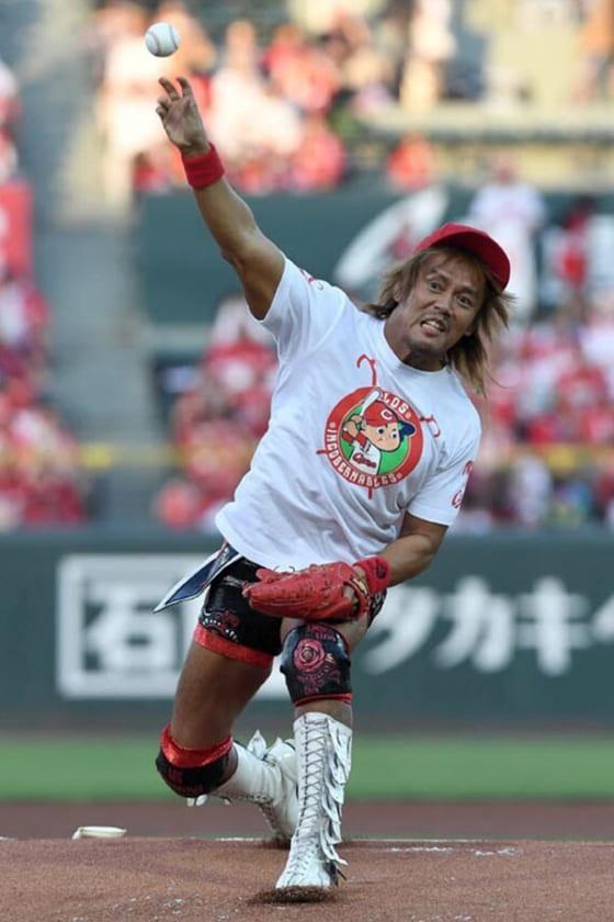 2017年8月27日にマツダスタジアムでの始球式に臨んだ【写真提供:新日本プロレス】