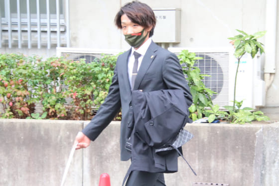 球団事務所に向かうソフトバンク・松田遼馬【写真:福谷佑介】
