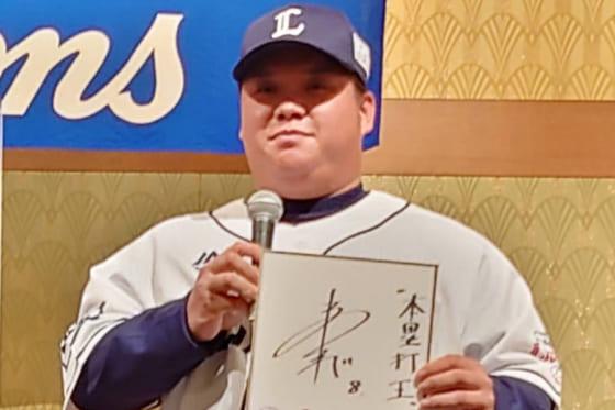 入団会見に臨んだ渡部健人【写真:宮脇広久】