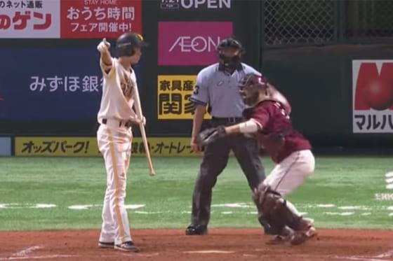 二塁を指差すソフトバンク・三森大貴【画像:パーソル パ・リーグTV】