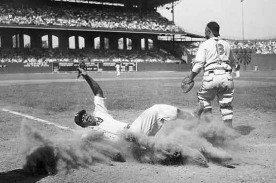1944年のニグロリーグ・オールスターゲームで本塁に生還するジョシュ・ギブソン【写真:Getty Images】