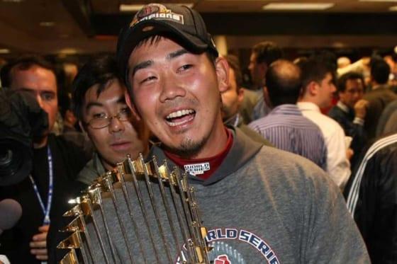 2007年にワールドシリーズを制覇し、トロフィーを抱える松坂大輔【写真:Getty Images】