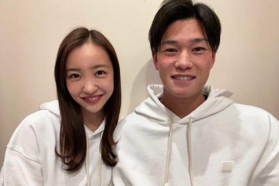 結婚を発表したヤクルト・高橋奎二(右)と元AKB48の板野友美さん