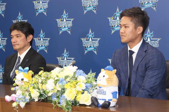 会見に臨んだDeNA・田中俊太(右)と三原球団代表【写真提供:(c)YDB】