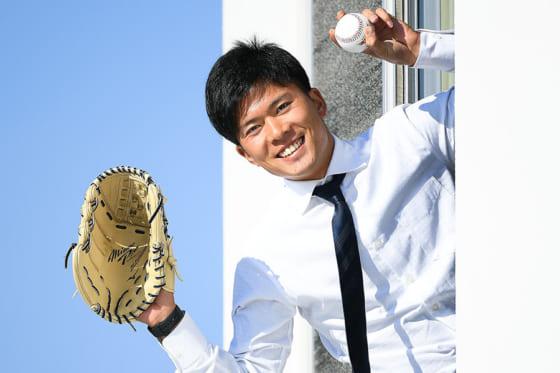 入寮し窓から笑顔を見せる楽天・早川隆久【写真:楽天野球団提供】