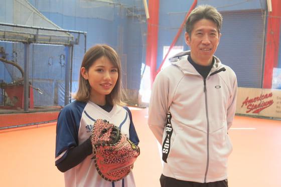 ギャル系野球女子YouTuber・めいちゅん(左)と野口寿浩氏【写真:小谷真弥】