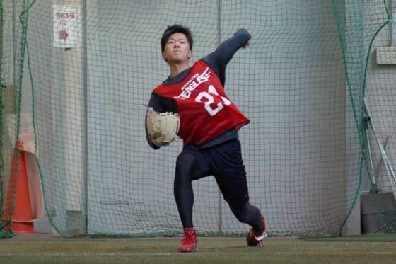 新人合同自主トレでキャッチボールを行う早川隆久【写真:宮脇広久】