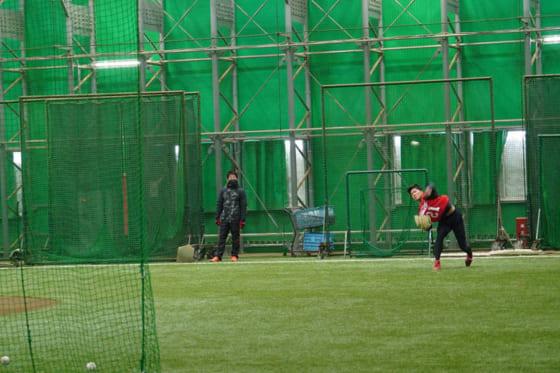 ネットに向かいボールを投げ込む楽天・早川隆久(右)【写真:宮脇広久】