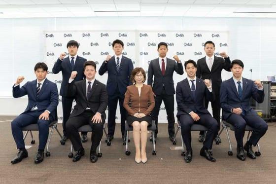 DeNA・南場智子オーナー(前列中央)と新人選手たち【写真提供:横浜DeNAベイスターズ】