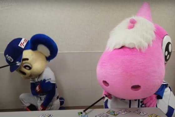 かるたで遊ぶ中日のマスコット・ドアラ(左)とパオロン(画像はスクリーンショット)