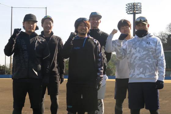 自主トレを公開したDeNA・三嶋一輝(前列中央)と山崎康晃(同右端)【写真:小谷真弥】
