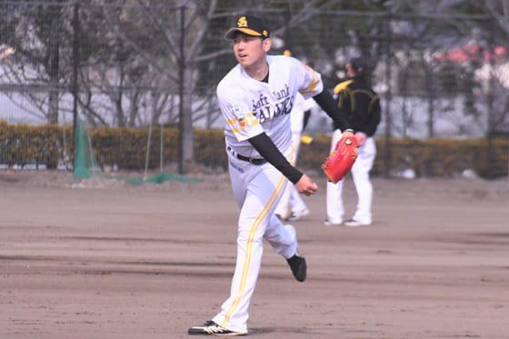 キャッチボールを行うソフトバンク・石川柊太【写真:編集部】