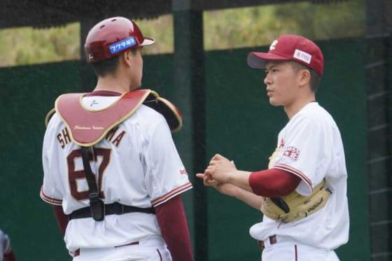 ブルペンで話し込む楽天・下妻貴寛(左)と早川隆久【写真:宮脇広久】