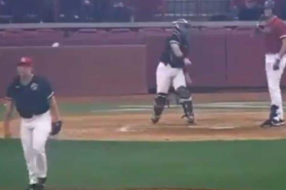 米大学野球で不運に見舞われた投手が話題(画像はスクリーンショット)