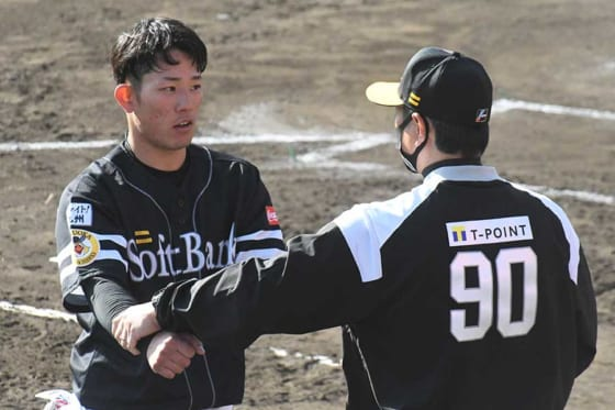 小久保裕紀ヘッドコーチから直接指導を受けるソフトバンク・増田珠(左)【写真:代表撮影】