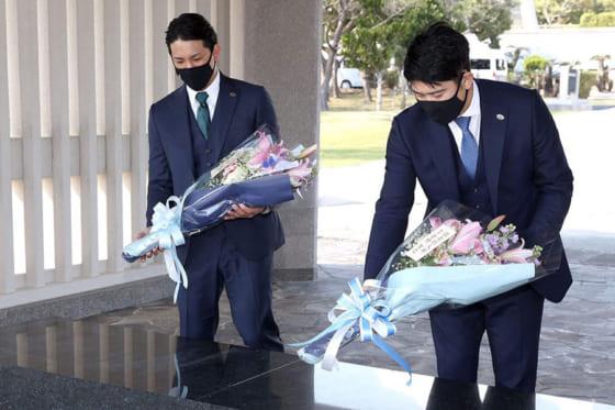献花を行った巨人・小林誠司(左)と菅野智之【写真提供:読売巨人軍】